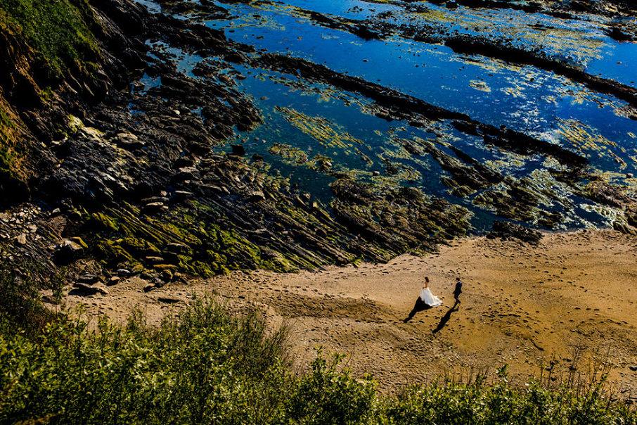 novios caminando por la playa, Carlos Negrín Wedding Photographer